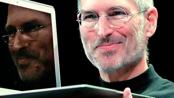 Steve Jobs con portátil Mac